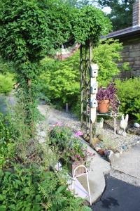 VERT close trelli front garden and sidewalk