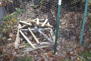 Raspberry barlet frame with cross board through fence